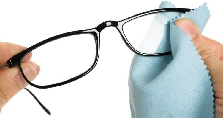 Steps to clean an eyeglass properly